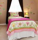 El bebé embroma el dormitorio con la cama rosada Foto de archivo