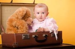 El bebé en el bolso, estudio Fotografía de archivo libre de regalías