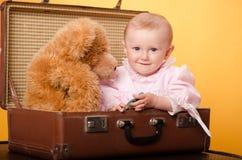 El bebé en el bolso, estudio Fotos de archivo libres de regalías