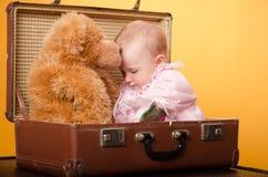 El bebé en el bolso, estudio Fotografía de archivo