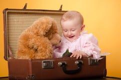 El bebé en el bolso, estudio Imagen de archivo