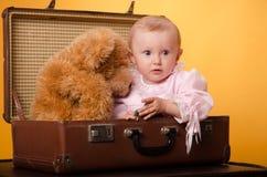 El bebé en el bolso, estudio Imágenes de archivo libres de regalías