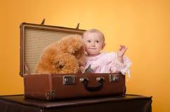 El bebé en el bolso, estudio Fotos de archivo