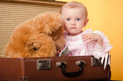 El bebé en el bolso, estudio Imagenes de archivo