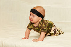 El bebé en camuflaje viste en un fondo blanco Imagen de archivo libre de regalías