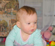 El bebé en el primer del piso Fotos de archivo