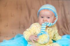 El bebé en un casquillo hecho punto Fotos de archivo libres de regalías