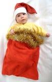 El bebé en un traje del Año Nuevo de Santa Claus en un fondo blanco Imagenes de archivo