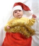 El bebé en un traje del Año Nuevo de Santa Claus en un fondo blanco Fotos de archivo libres de regalías