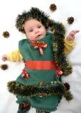 El bebé en un traje del Año Nuevo de un abeto en un backgroun blanco Foto de archivo