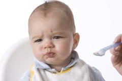 El bebé es Fed con una cuchara imagenes de archivo