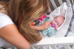 El bebé es sleepingin el pesebre Fotografía de archivo libre de regalías