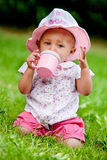 El bebé está bebiendo en el 1r cumpleaños Imagen de archivo