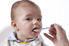 El bebé está comiendo Imagen de archivo