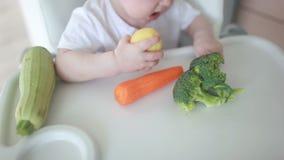 El bebé está comiendo verduras almacen de video