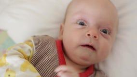El beb? est? despierto almacen de metraje de vídeo