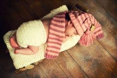 El bebé está durmiendo en trineos de madera ` S Eve del Año Nuevo Imagen de archivo libre de regalías