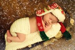 El bebé está durmiendo en trineos de madera ` S Eve del Año Nuevo Fotos de archivo libres de regalías