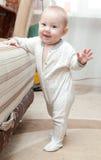 El bebé está haciendo sus primeros pasos Fotografía de archivo libre de regalías