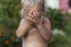 El bebé está jugando escondite Fotos de archivo libres de regalías