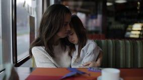 el bebé está llorando mamá que conforta a una niña almacen de metraje de vídeo