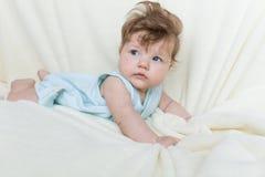 El bebé está mintiendo en la cama Foto de archivo libre de regalías