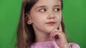 El bebé está mirando el lado, ella está pensativo Pantalla verde Cierre para arriba Cámara lenta almacen de video