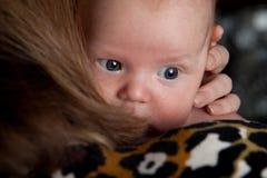 El bebé está ocultando detrás de madre Foto de archivo libre de regalías
