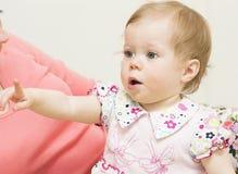 El bebé está señalando un finger. Fotos de archivo