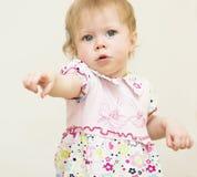 El bebé está señalando un finger. Fotografía de archivo libre de regalías