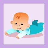 El bebé feliz está mintiendo en su estómago que intenta arrastrarse Fotografía de archivo