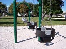 El bebé infantil hace pivotar el parque imagenes de archivo