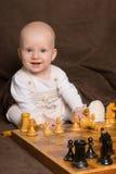 El bebé juega a ajedrez Imagen de archivo libre de regalías