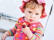El bebé lindo come cerezas Foto de archivo libre de regalías
