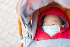 El bebé lindo consigue frío imagen de archivo