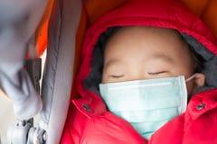 El bebé lindo consigue frío imagenes de archivo