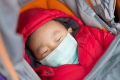 El bebé lindo consigue frío imagen de archivo libre de regalías
