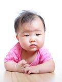 El bebé lindo de la muchacha confunde ascendente cercano de la cara Foto de archivo