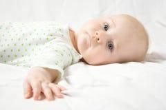 El bebé lindo le mira Foto de archivo libre de regalías