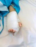 El bebé mentía en el hospital y fue dado salino fotos de archivo libres de regalías