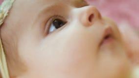 El bebé miente en cesta metrajes