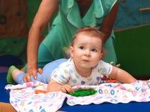 El bebé miente en el pañal Imágenes de archivo libres de regalías
