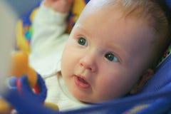El bebé miente en la cuna Imagenes de archivo