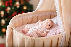 El bebé miente en la cuna Año Nuevo Fotos de archivo libres de regalías