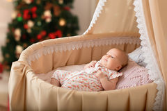 El bebé miente en la cuna 2 meses Fotografía de archivo