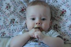 el bebé 6-months-old come el sólido por primera vez imágenes de archivo libres de regalías