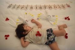 el bebé muy lindo está durmiendo en cama Foto de archivo