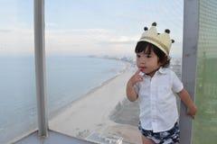 el bebé muy lindo está en puerta con la corona Foto de archivo