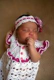 El bebé negro recién nacido chupa su pulgar Imagenes de archivo