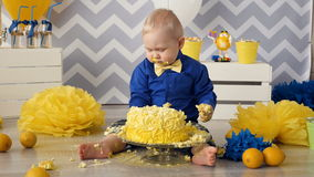 El bebé que come la torta almacen de metraje de vídeo